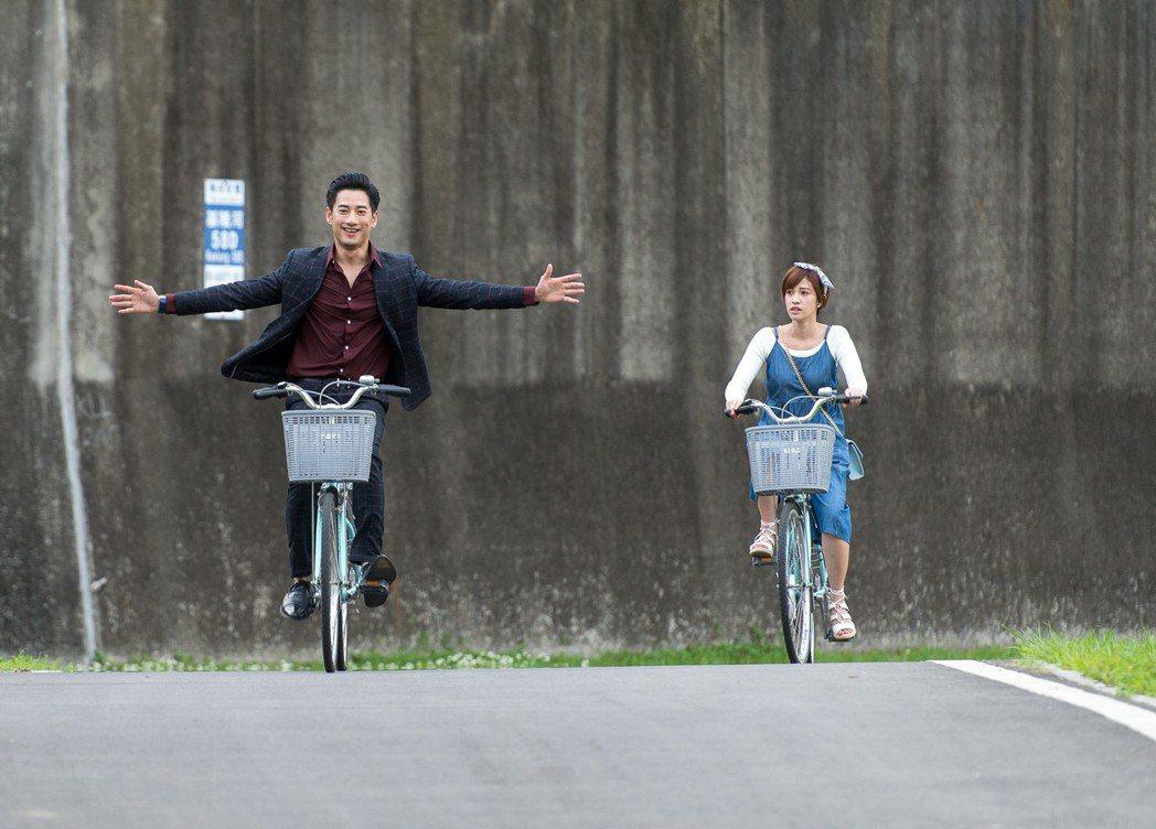 周孝安(左)與陳敬宣騎單車。圖/三立提供