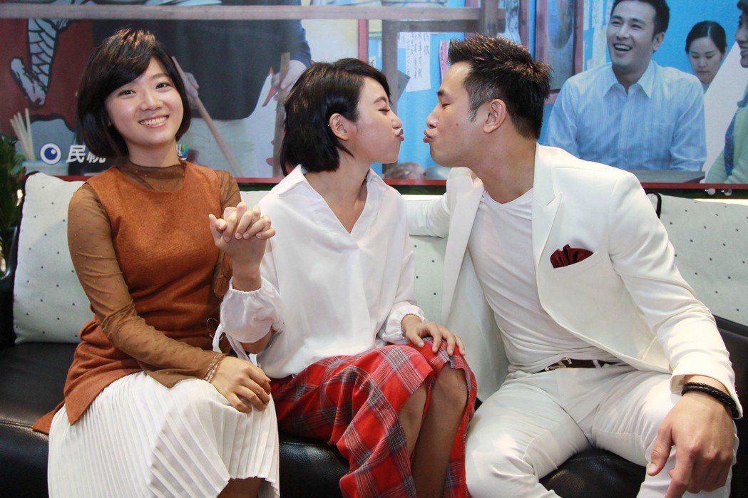 傅小芸(左起)、方宥心、傅子純演出「外鄉女」。圖/民視提供