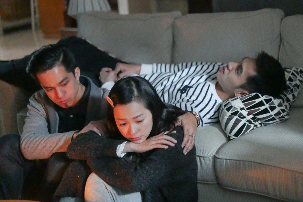 張書豪(右起)、六月、黃遠在「酸甜之味」中飾演姊弟。圖/TVBS提供