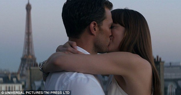 傑米杜南與達珂塔強生在巴黎拍熱吻戲,艾菲爾鐵塔就在身後。圖/摘自Daily Ma