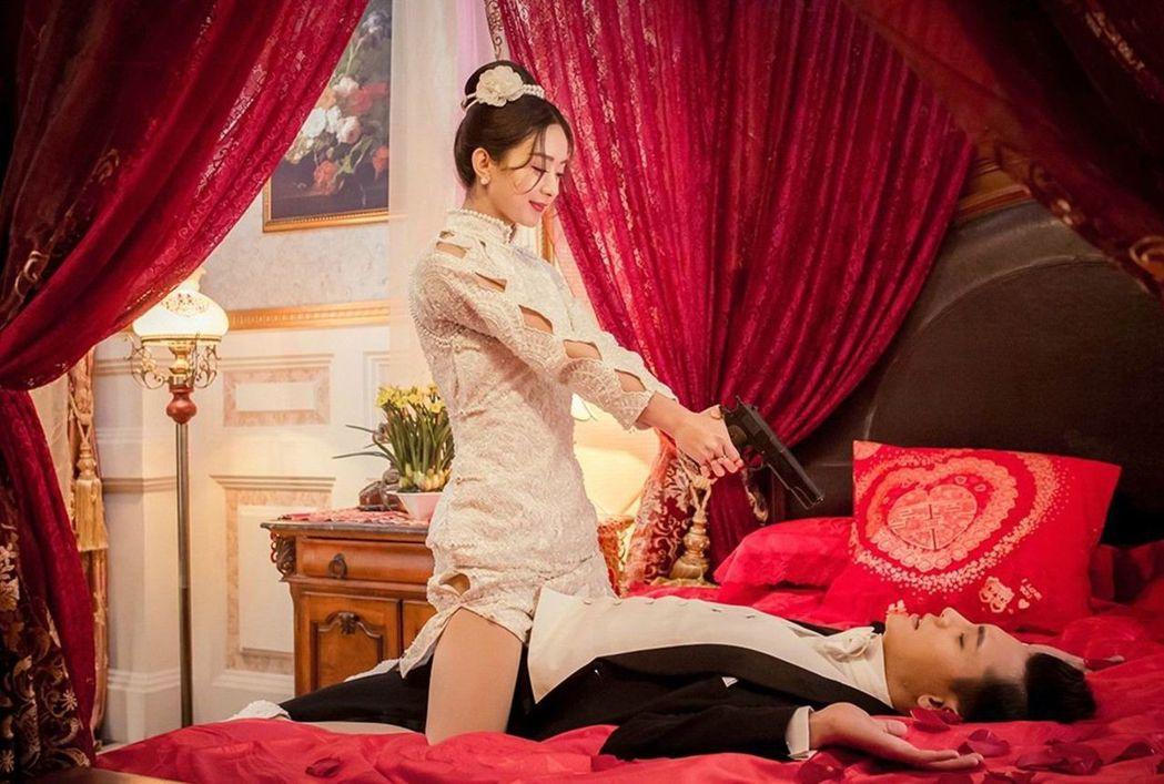 趙麗穎在戲中對陳偉霆甜蜜餵食、床咚樣樣來。圖/中天提供