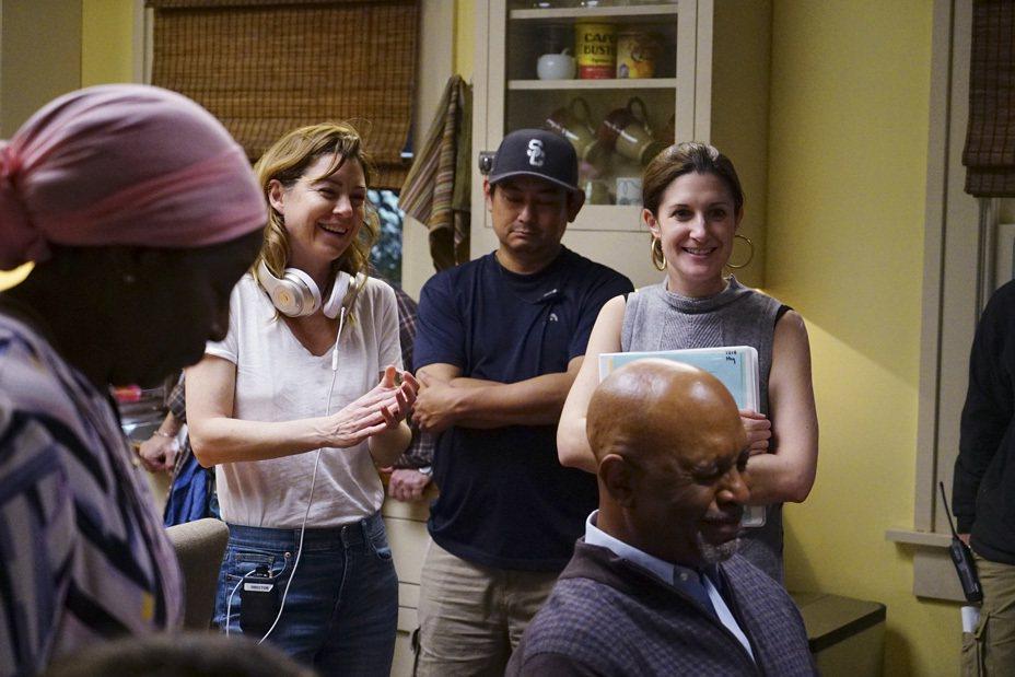艾倫龐皮歐(左二)第一次在「實習醫生」嘗試又導又演。圖/Star World提供