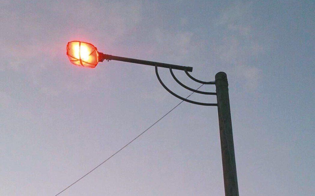 新北市平溪區連兩年在賞螢路線上,把路燈包上紅色玻璃紙。 圖/平溪區公所提供