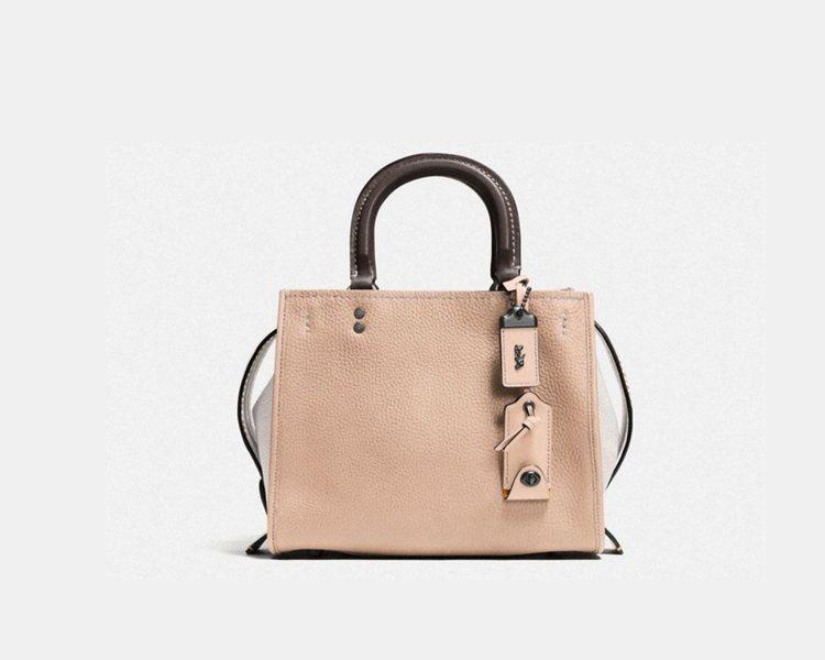 卵石皮革Rogue Bag,售價27,800元。圖/COACH提供