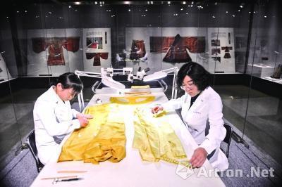 山東博物館文物修復師在修復紡織品。 (新華網)