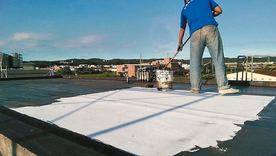 頂樓進行防水工程塗裝。 信義居家/提供