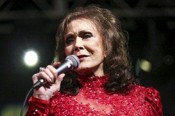 美國鄉村音樂界傳奇天后蘿瑞塔琳(Loretta Lynn)經紀人今天表示,85歲的蘿瑞塔琳中風,已就醫治療。美聯社和法新社報導,蘿瑞塔琳所屬的索尼音樂(Sony Music)經紀人馬爾塔(Maria...