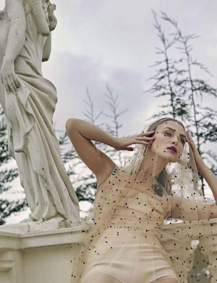 綺拉奈特莉將DIOR穿出詭譎綺情的魅力,登上VOGUE義大利版。圖/取自pint...