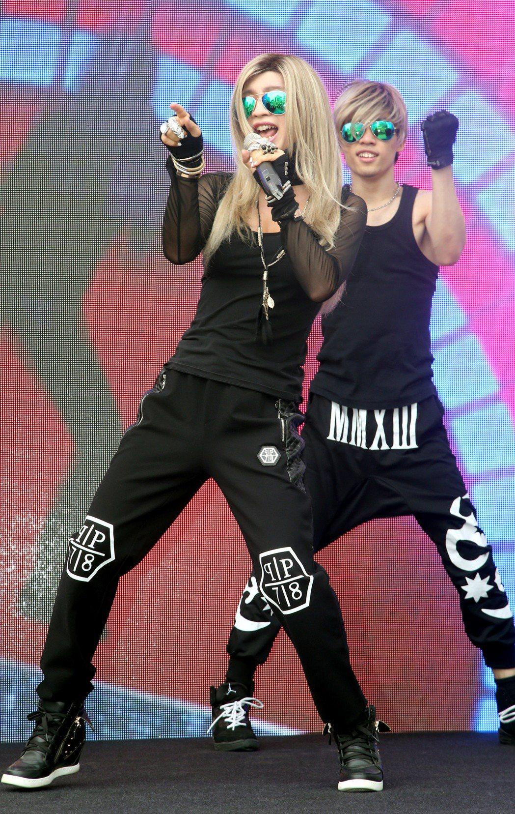 來自馬來西亞的歌手鍾潔希(左)在台北西門町為新專輯舉辦簽唱會,兒子Jeffrey...
