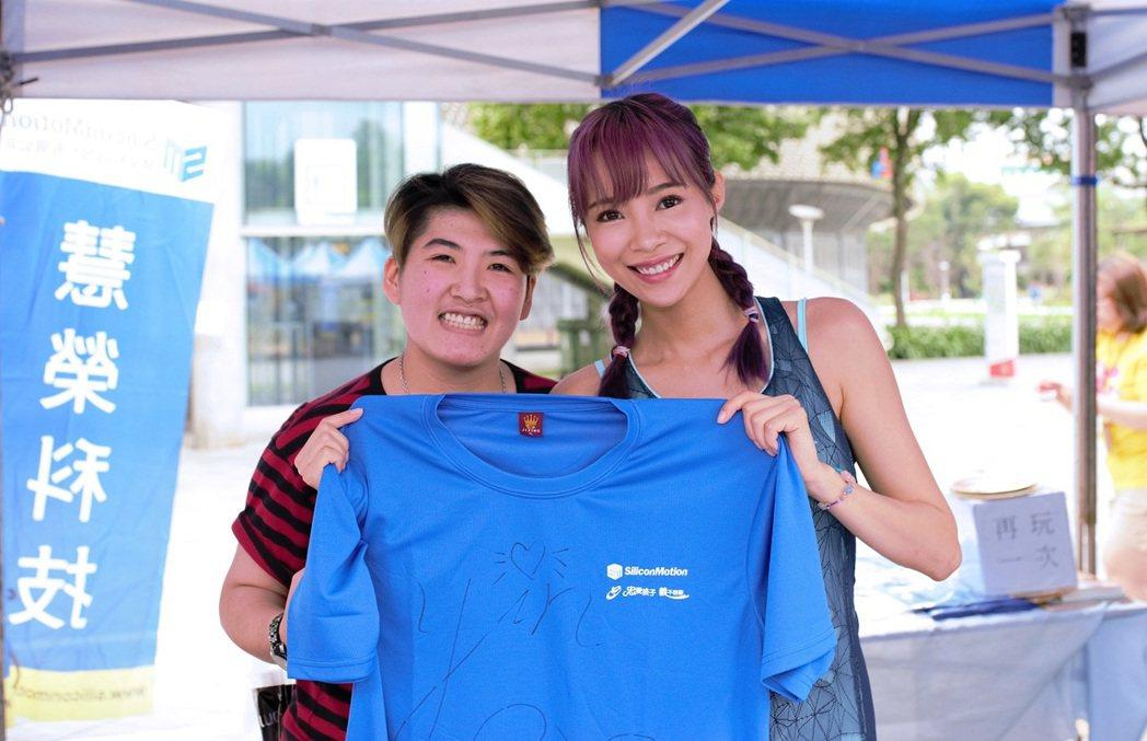 茵茵(右)義賣T恤。圖/大盛娛樂提供