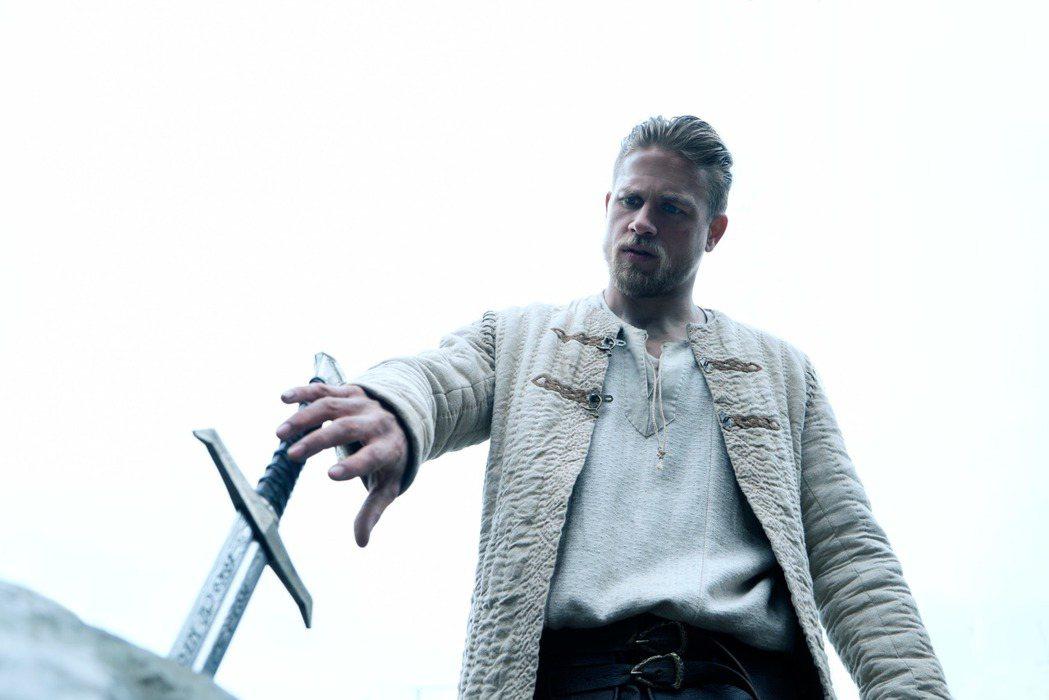 蓋瑞奇新片「亞瑟:王者之劍」即將上映。圖/華納兄弟提供