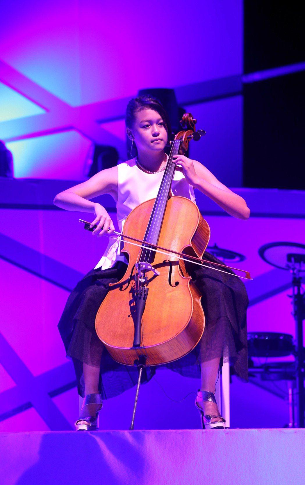 洪榮宏心曲演唱會-台北首場,小女兒洪美福幫忙用大提琴伴。記者陳瑞源/攝影
