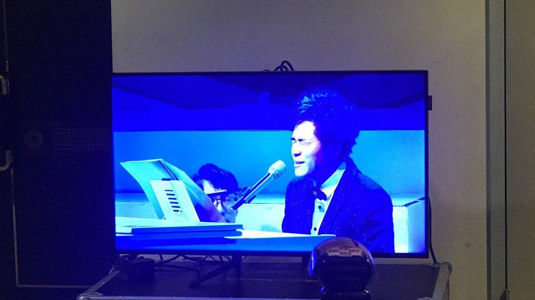 洪榮宏演唱到一半音響出問題,面色凝重。記者梅衍儂/攝影