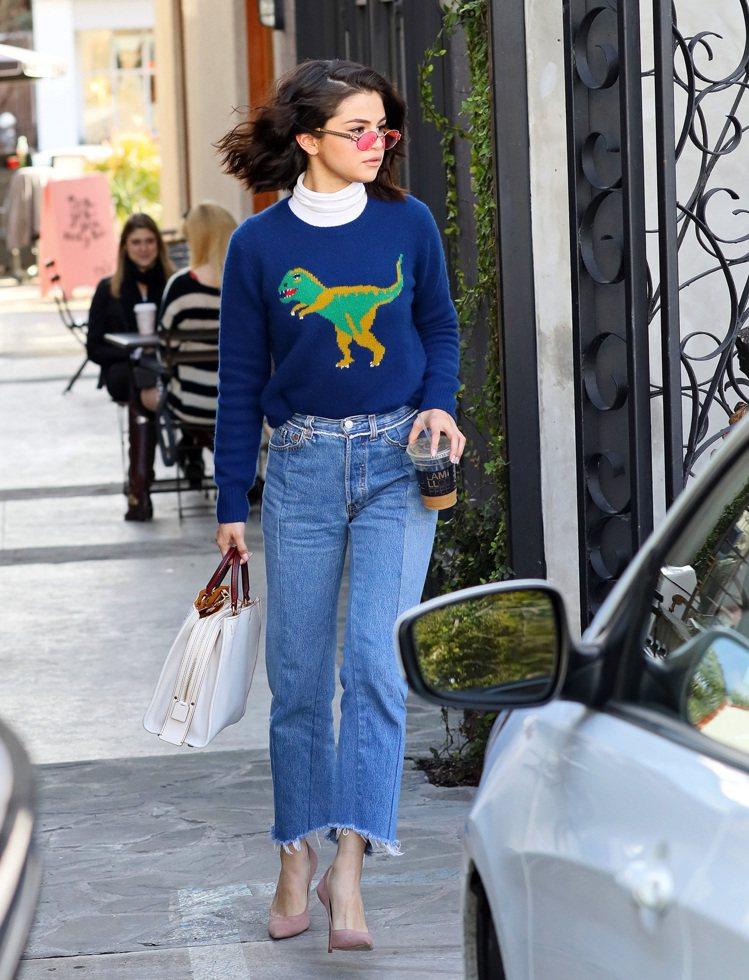 席琳娜戈梅茲身穿Rexy毛衣搭襯白色Rogue包。圖/COACH提供
