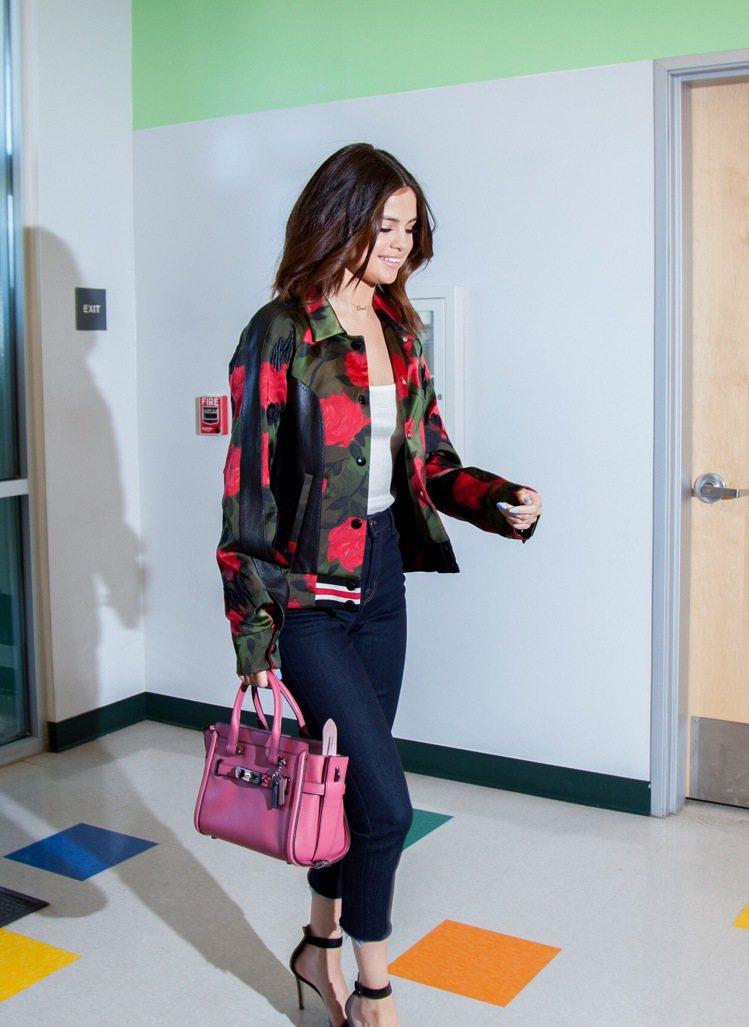 COACH熱賣的Swagger包款系列也是席琳娜戈梅茲的愛包之一,售價23,80...