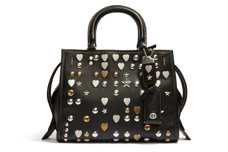 立體鉚釘釘飾款Rogue Bag,售價35,800元。圖/COACH提供