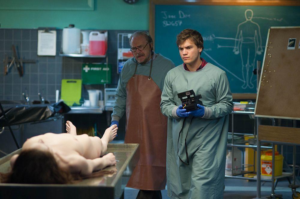 驗屍官父子解剖無名女屍。海樂提供
