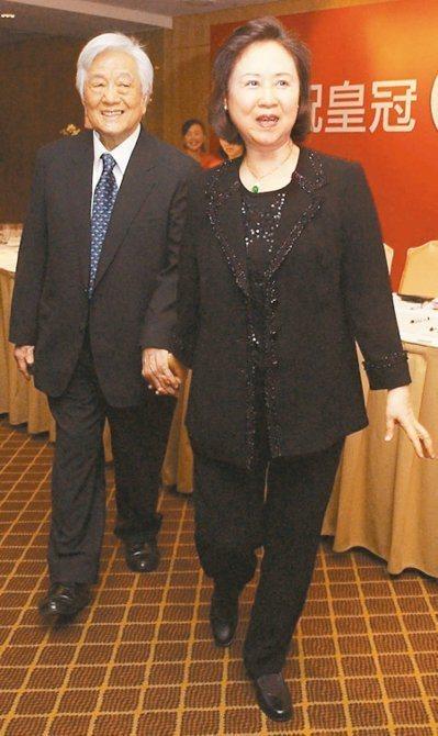 作家瓊瑤為了失智丈夫平鑫濤是否插鼻胃管治療,與三名繼子女意見相左,她宣布五月九日...
