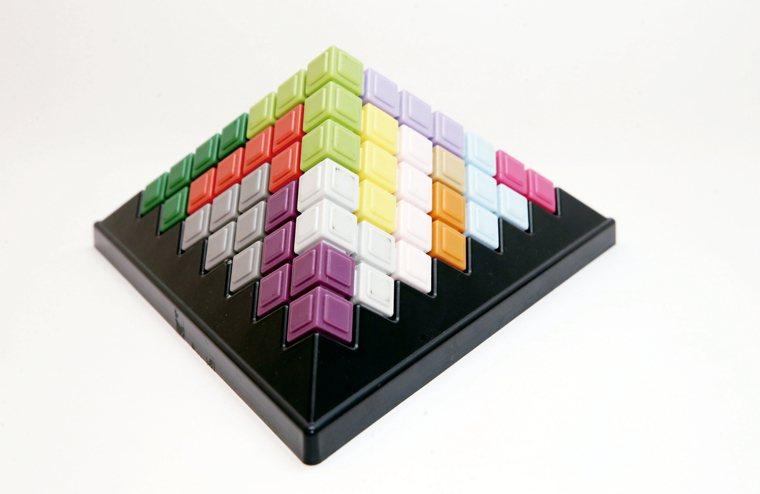循序漸進方式共有478題立體組合玩法。增進手眼協調、認識圖形及顏色、空間概念、邏...