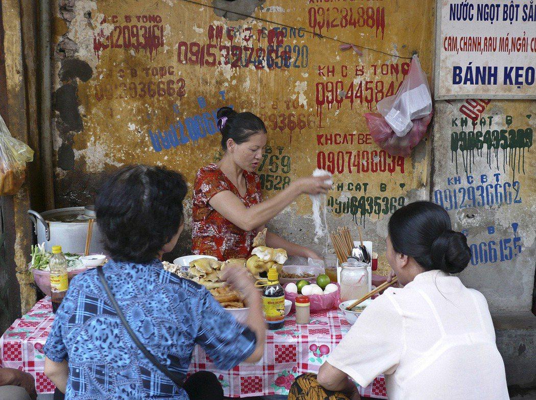 越南河內老城區的路邊攤。  (美聯社)