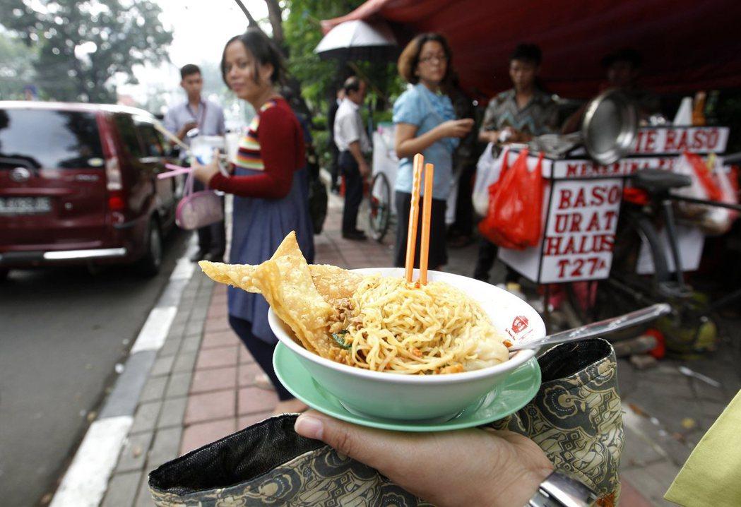 印尼雅加達一處占用人行道的路邊麵攤。  (路透)