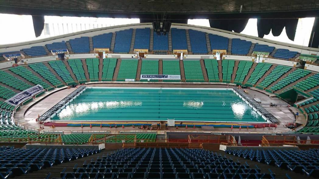 桃園龜山區國立體育大學綜合體育館的「活動式游泳池」,由1千多片鋼板「組合」而成。...
