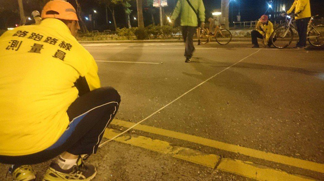世大運田徑公路賽半程馬拉松與競走項目,將在台北市仁愛路登場;圖為市府利用夜間在現...