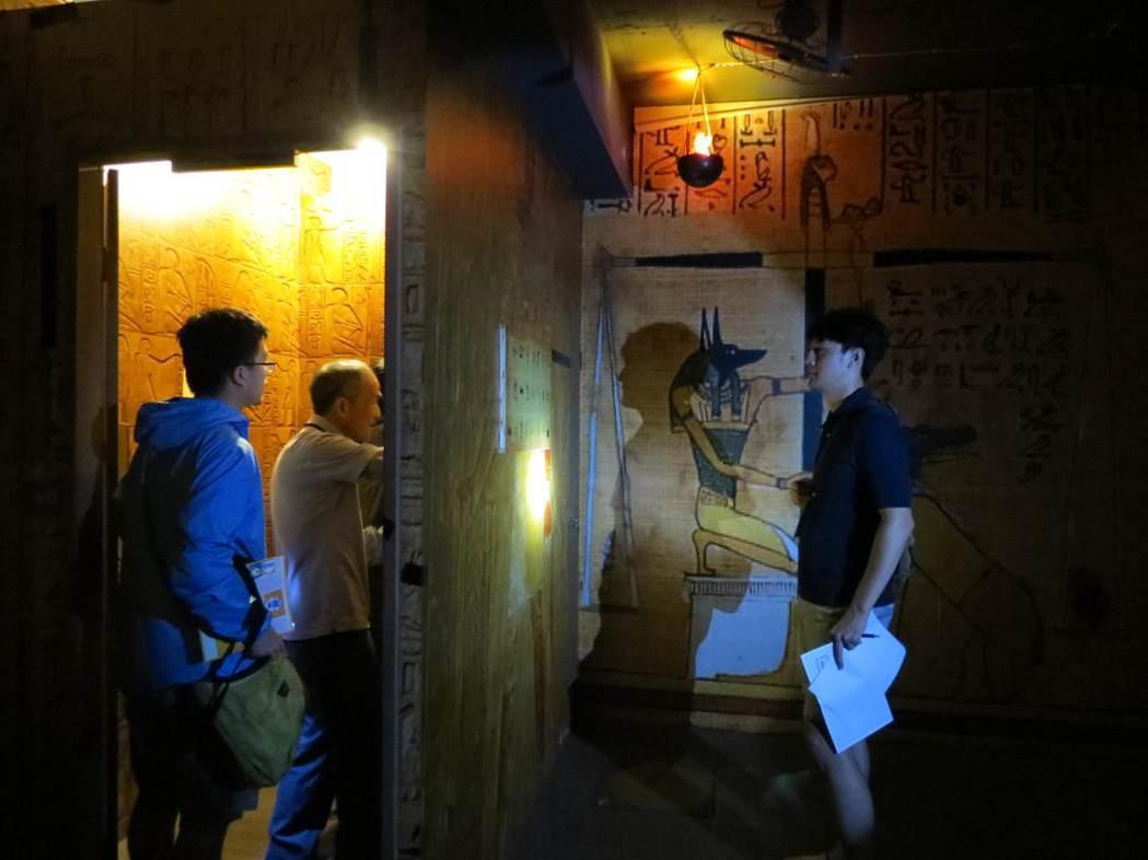 密室逃脫擅長使用光影變化及道具,營造出身歷其境的氛圍。圖為台灣抗風濕病聯盟舉辦的...