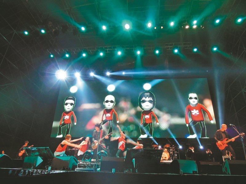 1994年台北市長選舉,陳水扁熱衷辦活動造勢,當時出過一張專輯,卻還不紅的伍佰和他的樂團,就被找到阿扁場子開唱。 報系資料照