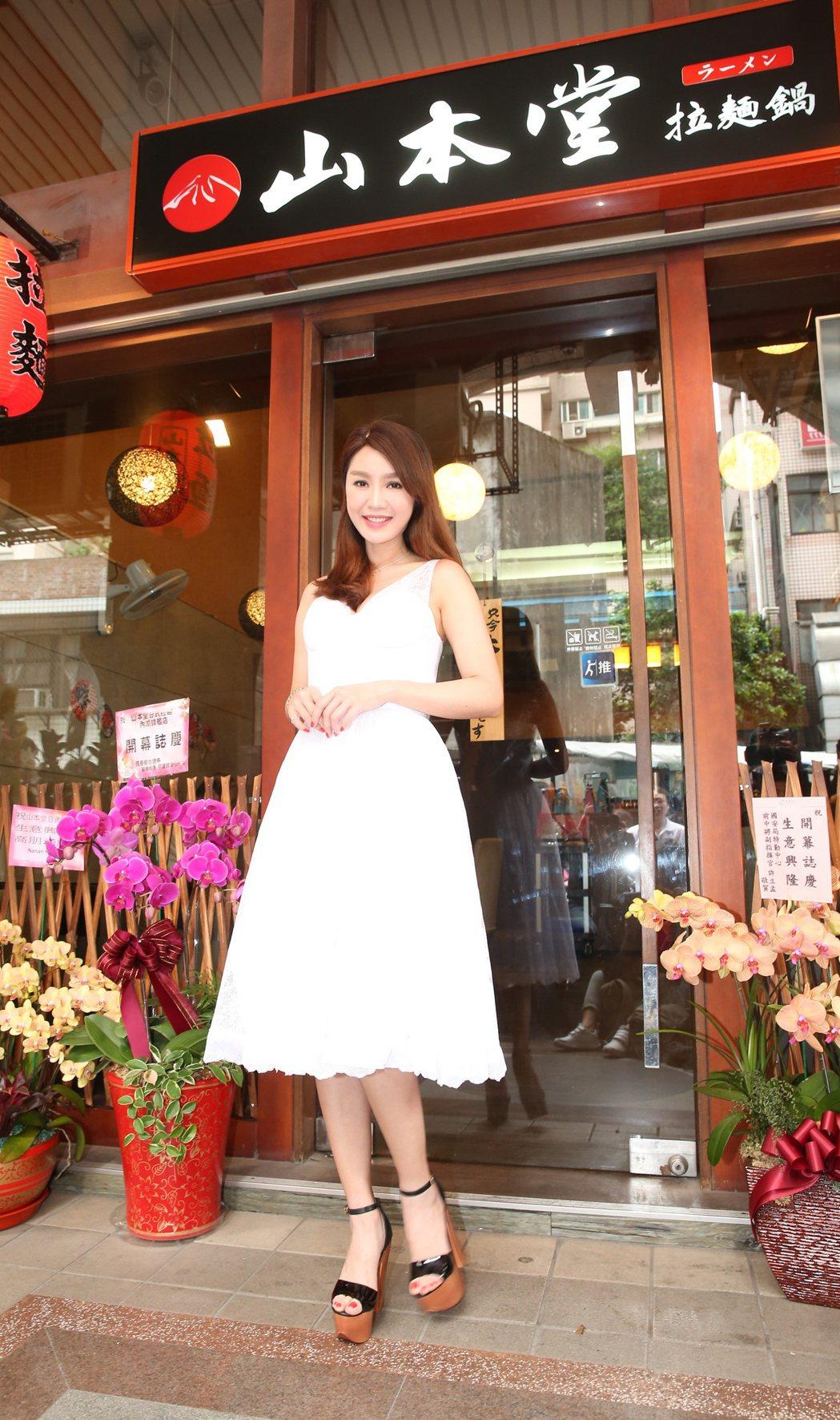 海倫清桃為緋聞男友胸肌男的拉麵店站台。記者陳立凱/攝影