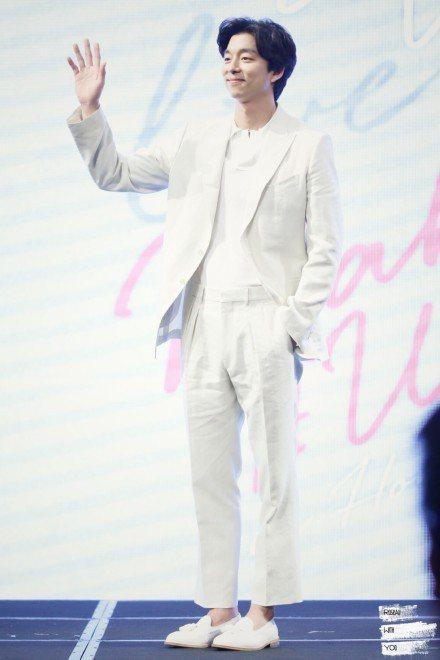 孔劉在香港記者會上,穿Tom Ford的白西裝化身白馬王子,搭配德國品牌Melv