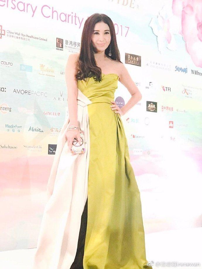 50歲香港女星溫碧霞近日出席慈善晚會。圖/取自微博