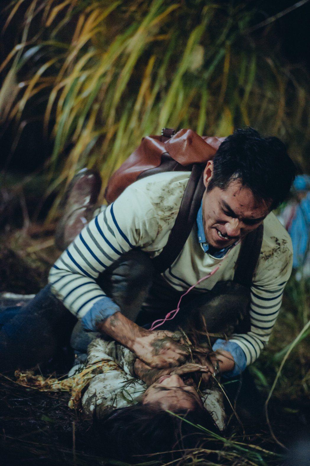 金鐘視帝藍正龍一改往日正派形象,在新片「神秘家族」中扮演強暴林依晨的恐怖冷血惡魔...
