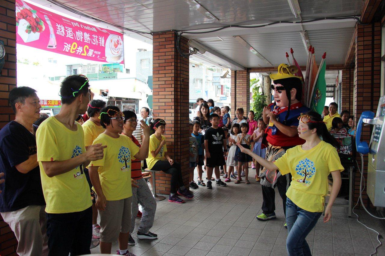鐵人三太子與智能障礙青年們熱舞向媽媽說愛、慶祝母親節。記者李蕙君/攝影