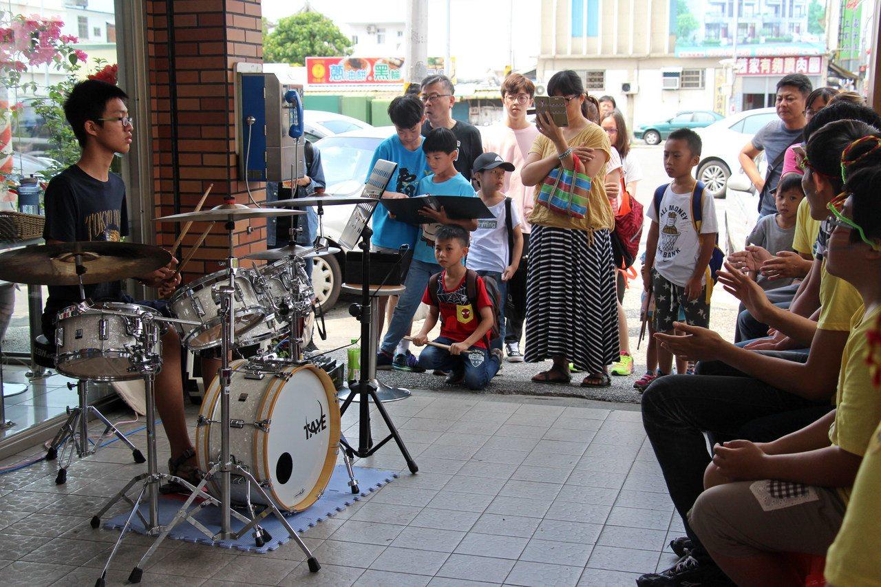 韋勝音樂工作室師生也透過一連串演出,讓智青、社區民眾有機會一睹爵士鼓風采。記者李...