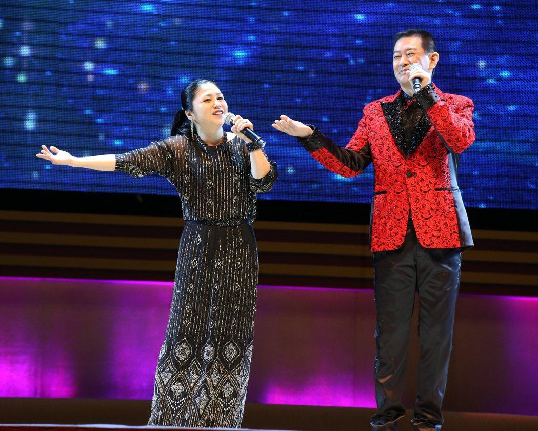 三立台灣台超級夜總會再度攻蛋錄影,夏川里美(左)與蔡小虎(右)同台演出。記者陳立...