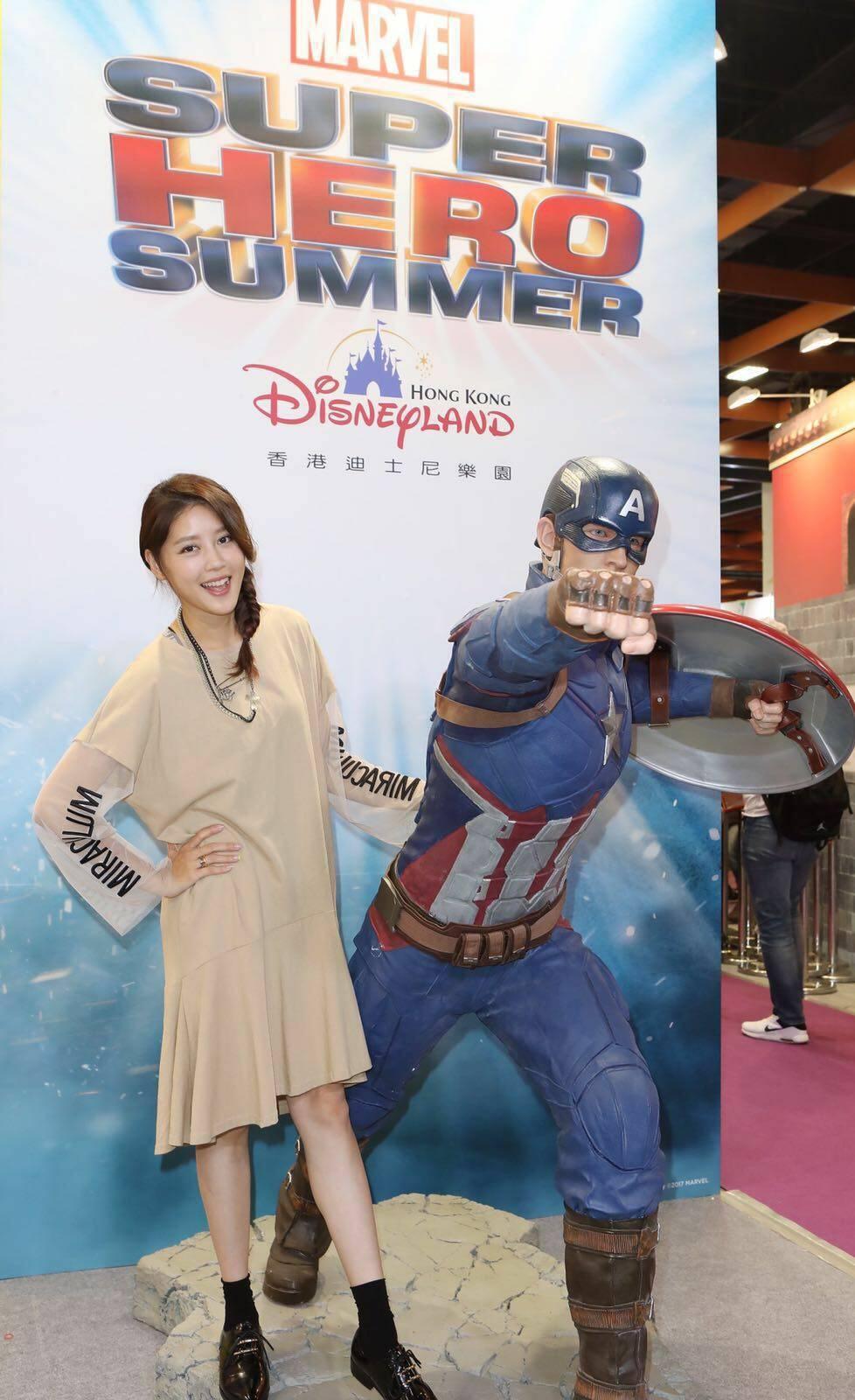 嚴立婷在旅展跟美國隊長合照。圖/香港迪士尼樂園提供