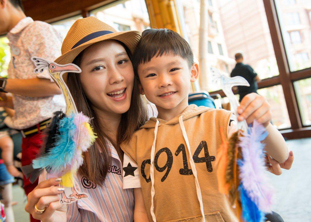 嚴立婷帶兒子到香港迪士尼體驗康樂遊戲。圖/香港迪士尼樂園提供