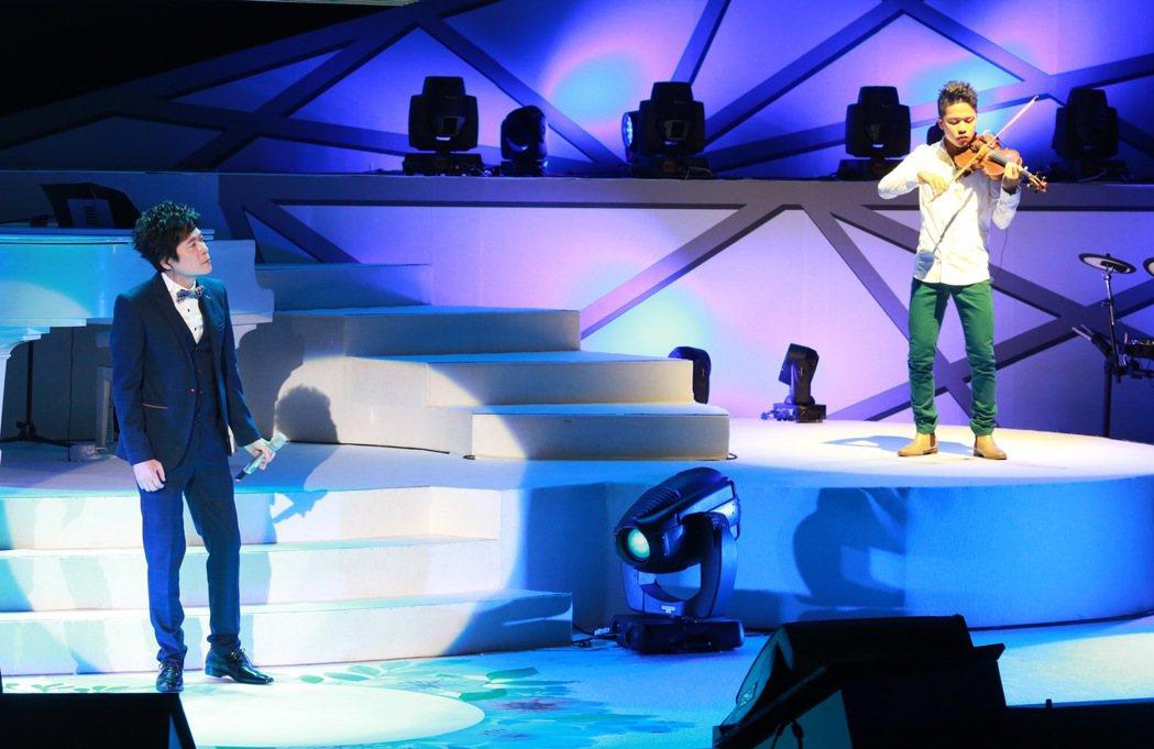 洪榮宏舉行第2場「心曲演唱會」,邀請長子洪亮上台,以小提琴參與演出。記者黃義書/...
