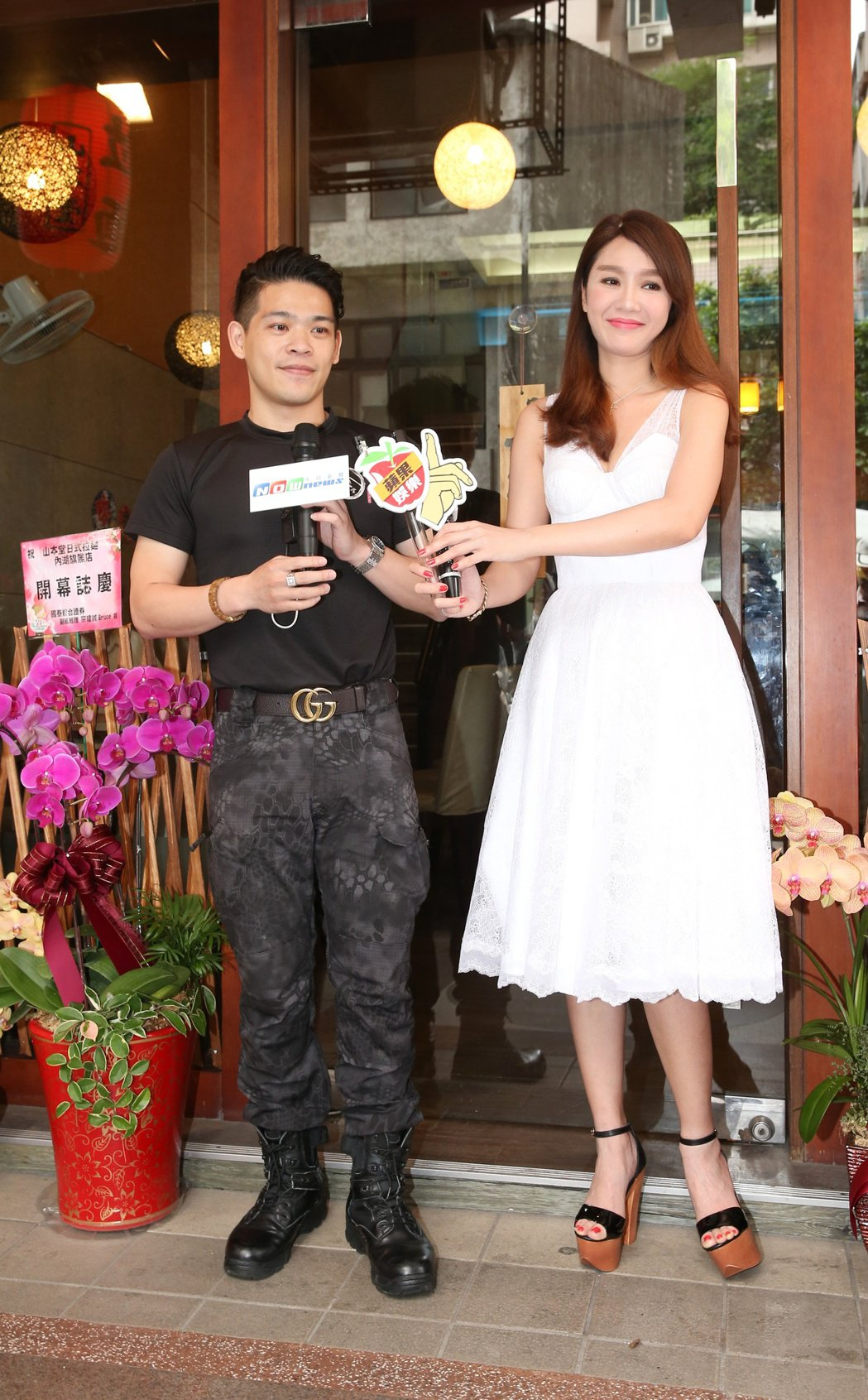 海倫清桃(右)為緋聞男友胸肌男黃景裕(左)開的拉麵店站台。記者陳立凱/攝影