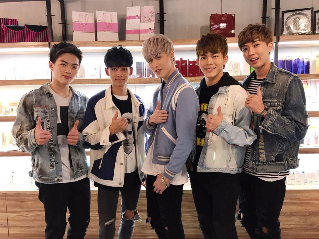 男團A-Team出席「5295我愛購物美妝香水旗艦店」開幕記者會。圖/年代提供