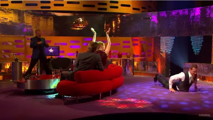 麥可法斯賓達在「 The Graham Norton Show」大跳熱舞。圖/翻...