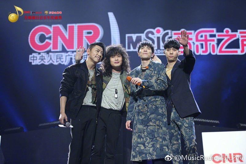 老蕭(右二)率獅子合唱團獲得年度最受歡迎樂團。圖/摘自微博