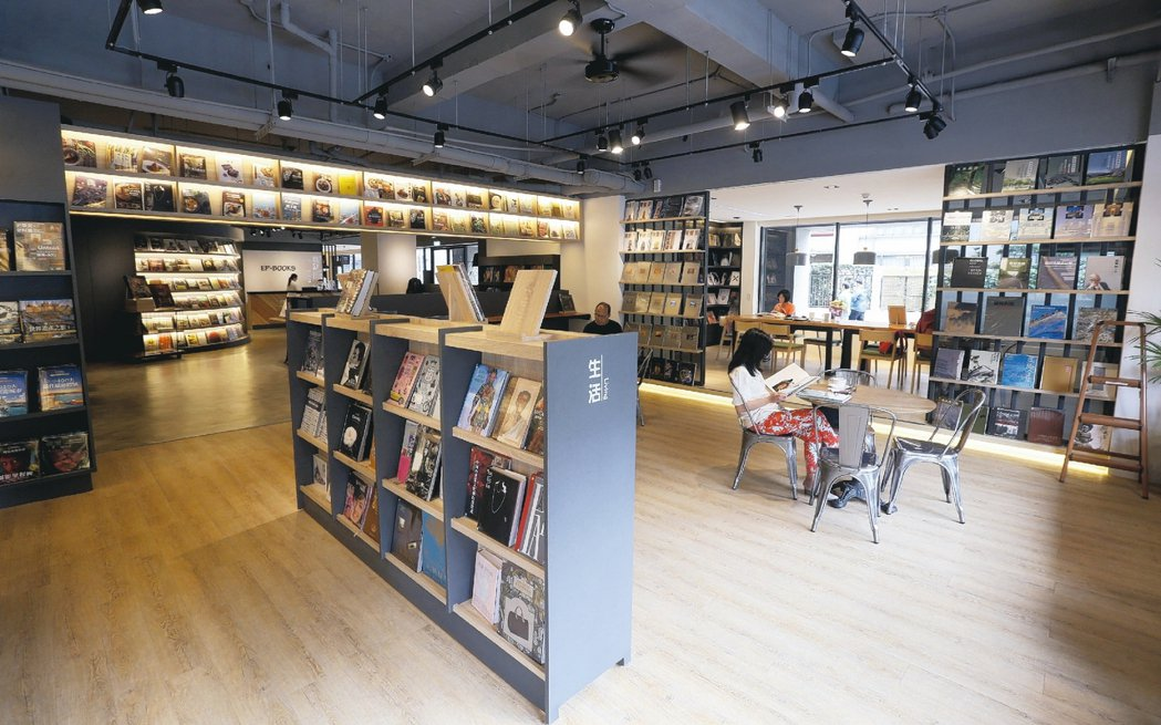 「我要開書店之前就知道要賠錢,這是預料之中,但我心裡很舒服,不會忐忑不安,因為我...