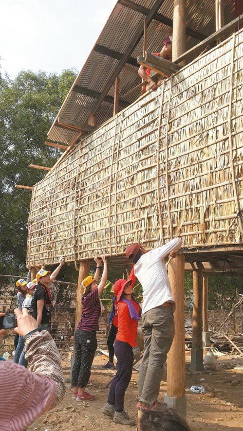 員工旅遊前往柬埔寨偏鄉村落,扶貧建房。 安聯投信/提供