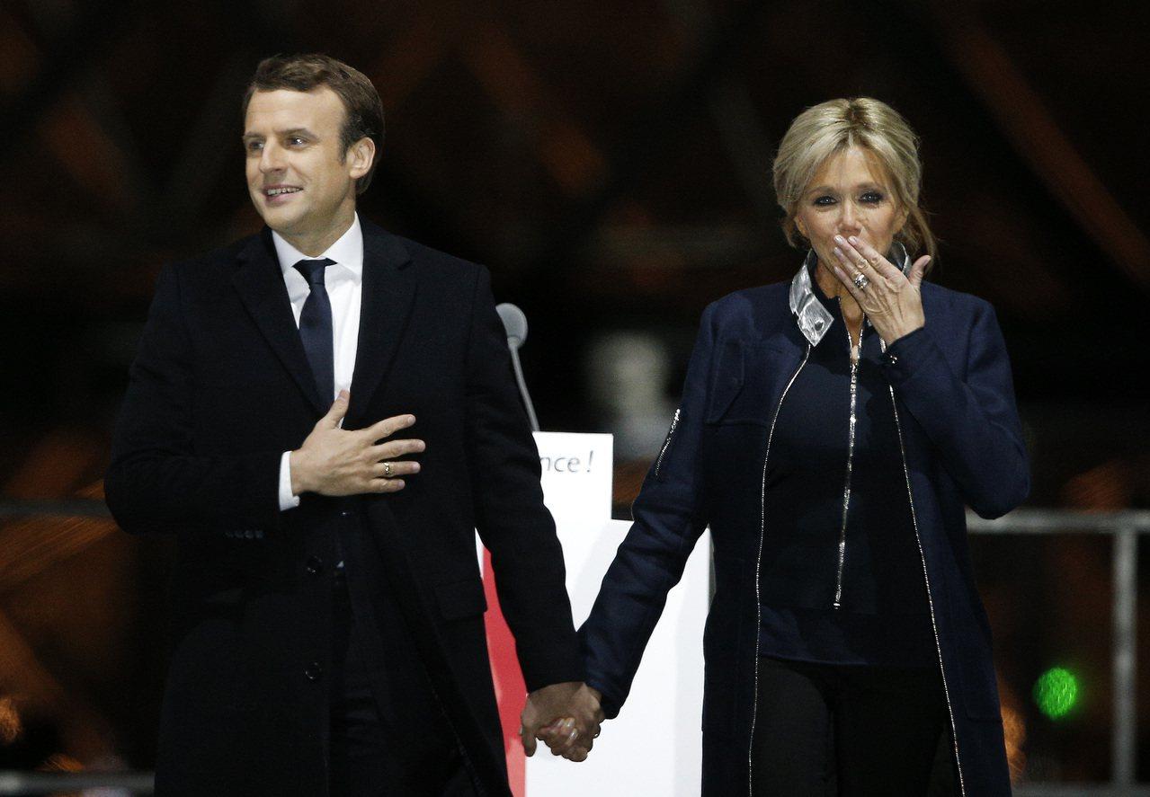 法國總統當選人馬克宏(左)的妻子碧姬.托涅(右)為馬克宏提供很多助益。美聯社