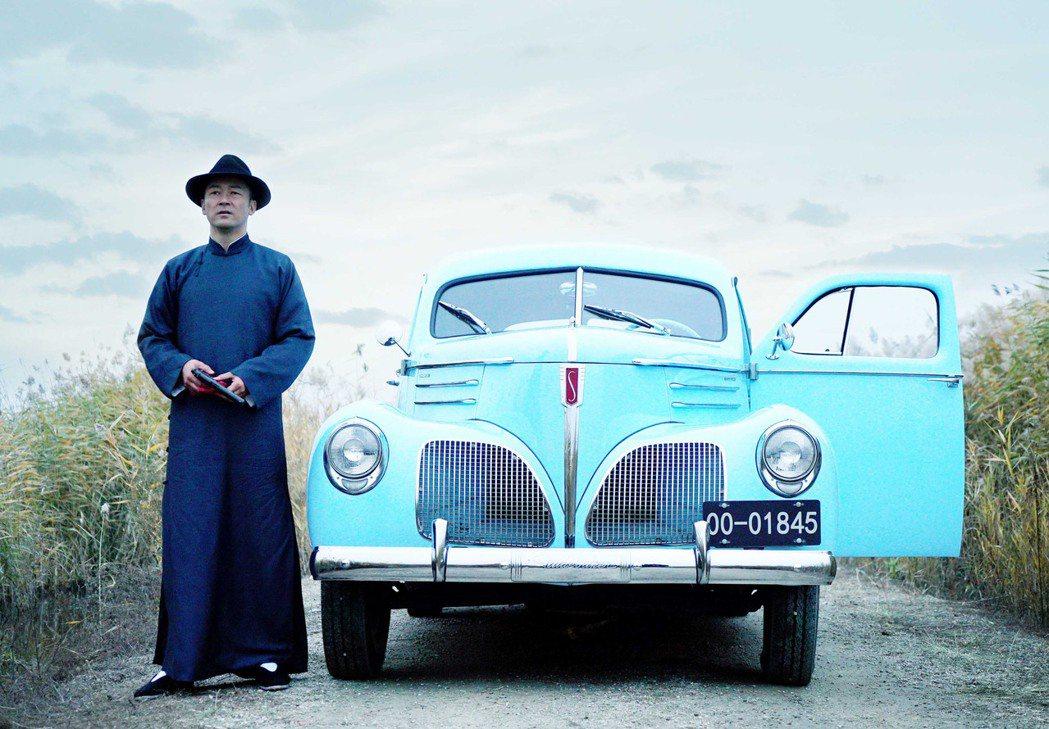 日本影帝淺野忠信,在電影「羅曼蒂克消亡史」中像上海人一樣穿著長袍馬褂、打麻將,開
