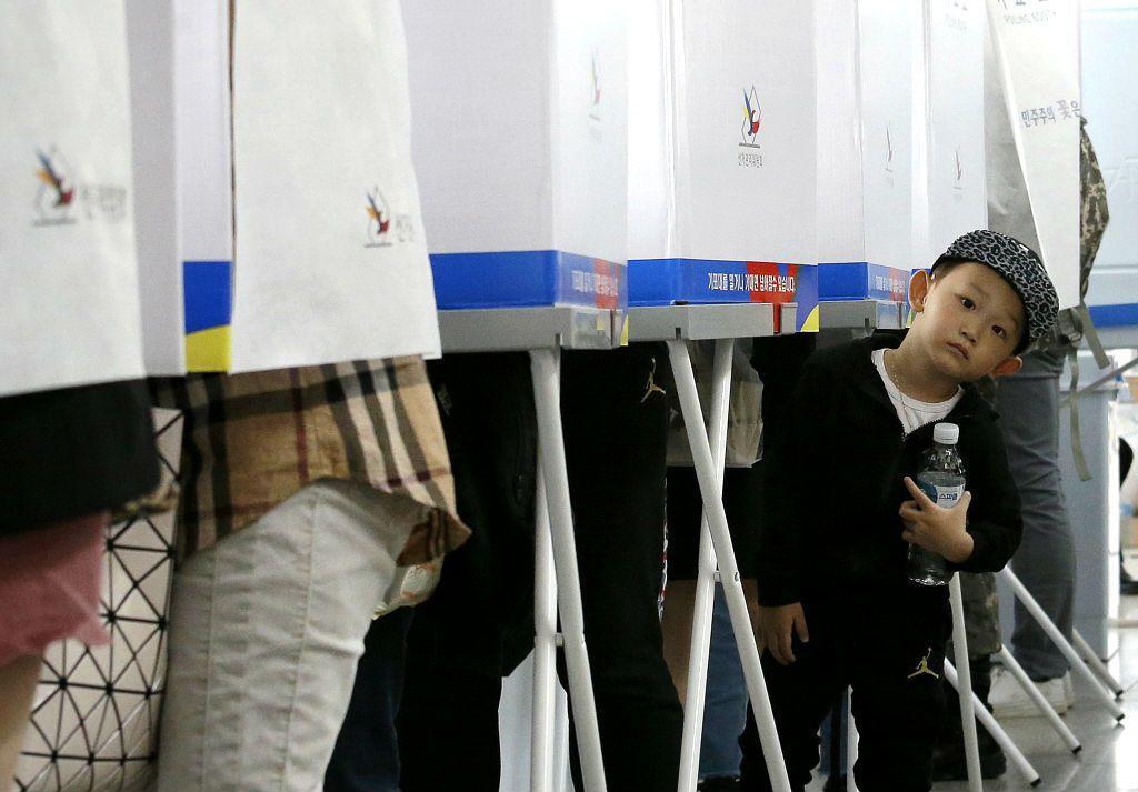 第十九屆南韓總統大選即將在5月9日進行投票,不過在5月4、5日兩天當地就已經舉行「不在籍投票」,是南韓總統大選首度舉行不在籍投票的歷史時刻。 圖/美聯社