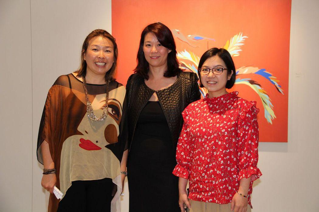 兩位參展藝術家與心動藝術空間執行長Donna合照。