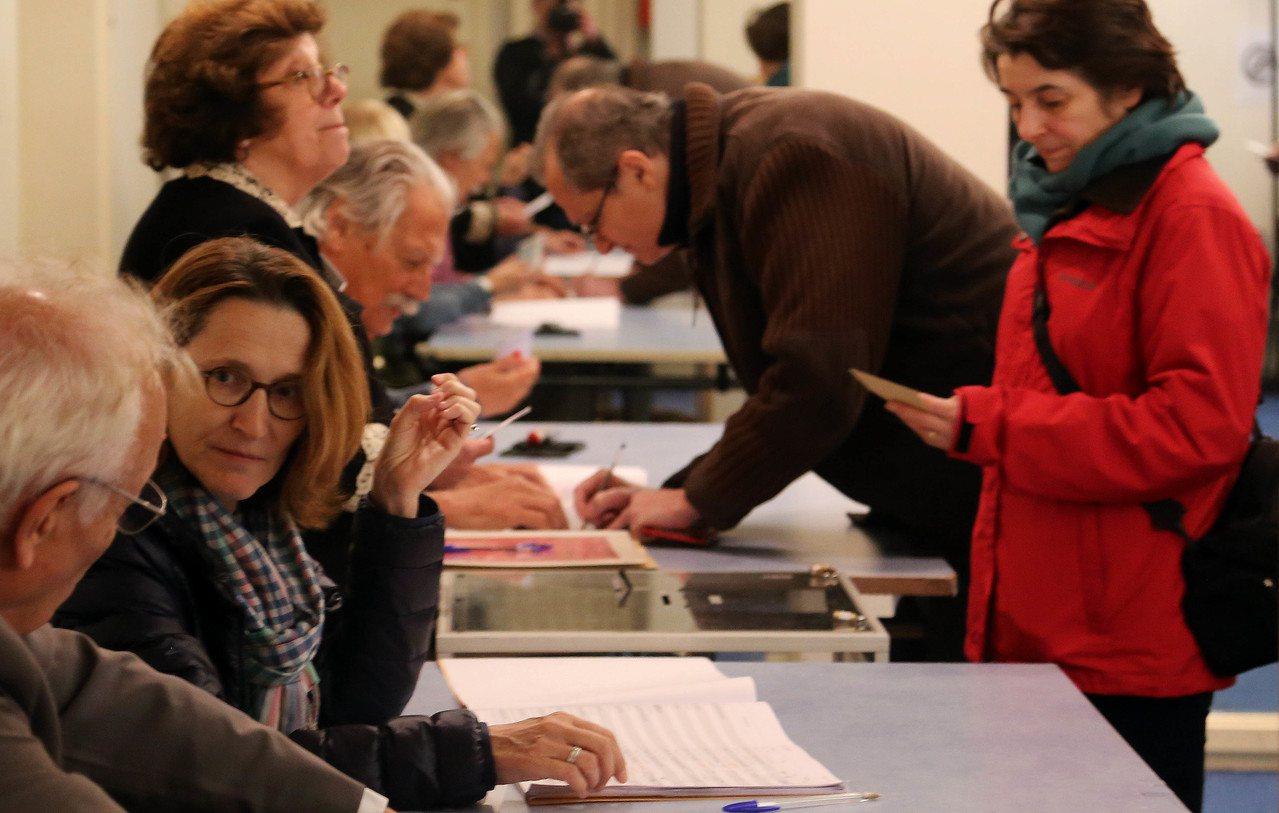 當地時間5月7日上午8時,法國總統選舉第二輪投票開始進行。圖為法國選民在巴黎一投...